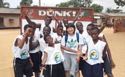 日本人バスケットボールボランティアとガーナの子供たち